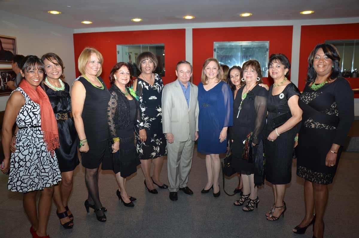 Las-Damas-de-la-Fundacion-Vida-sin-Violencia-junto-a-Ellis-Perez